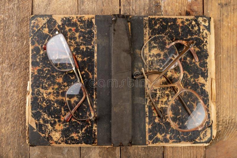 Struttura rotta dai vetri Vecchio libro e vetri fotografie stock