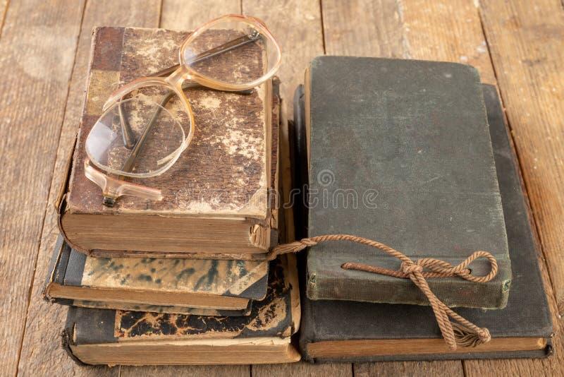 Struttura rotta dai vetri Vecchio libro e vetri immagine stock