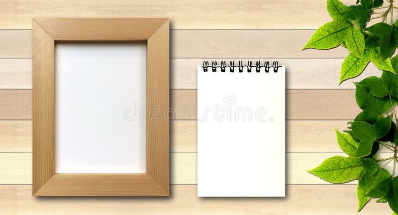 Struttura semplice della foto e blocco note bianco su fondo di legno immagine stock