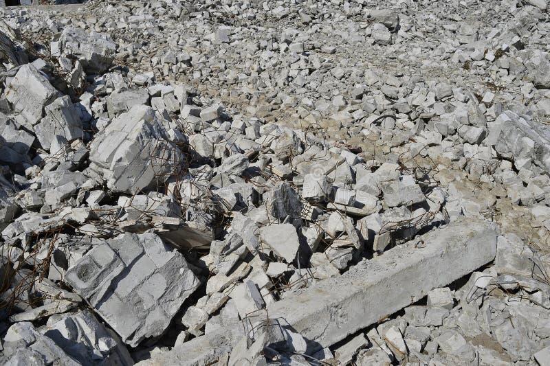 Struttura sotto forma di resti sparso delle pietre di una costruzione distrutta Fondo immagini stock libere da diritti