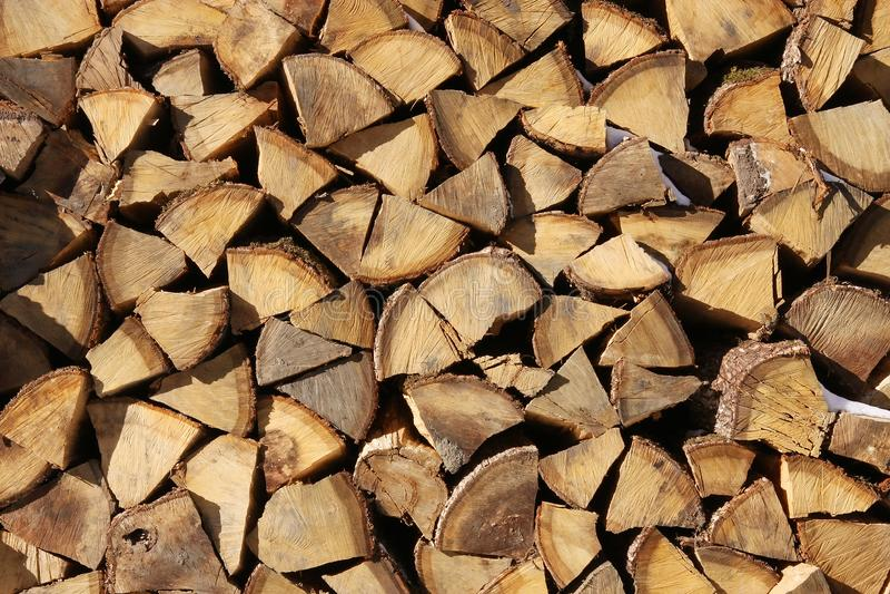 Struttura tagliata impilata del fondo della legna da ardere dell'albero di faggio fotografie stock libere da diritti