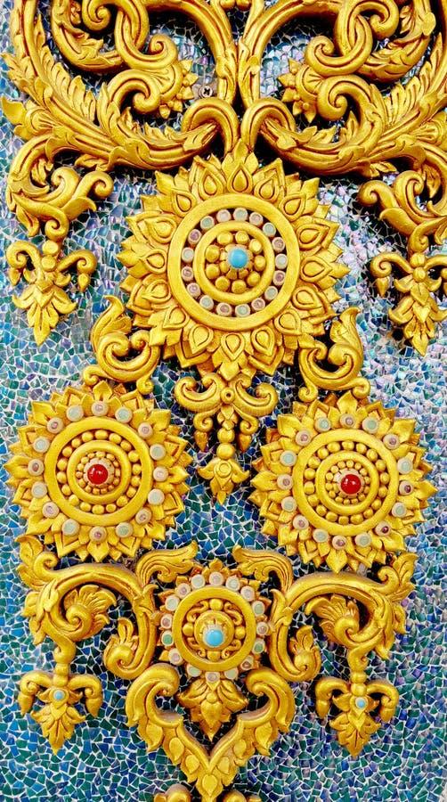 Struttura tailandese dello stucco di stile sulla parete ceramica al tempio fotografie stock libere da diritti