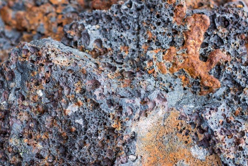 Struttura, un fondo di una razza scura dell'origine vulcanica Struttura di pietra scura fotografia stock