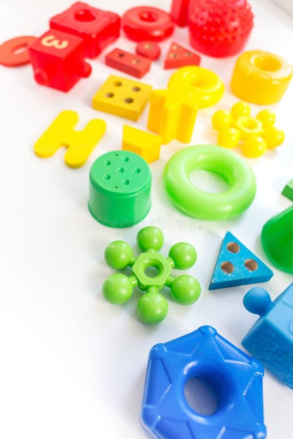Struttura variopinta di molti giocattoli dei bambini su fondo bianco Vista superiore Disposizione piana Copi lo spazio per testo fotografie stock libere da diritti
