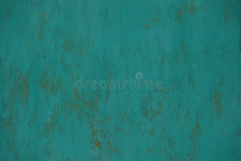 Struttura verde del metallo da un frammento di vecchia parete in ruggine in un recinto fotografia stock libera da diritti
