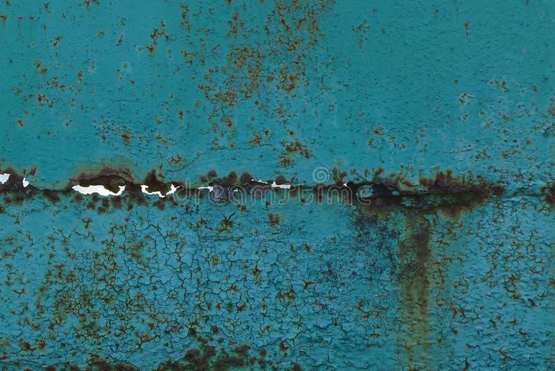 Struttura verde del metallo dalla vecchia parete arrugginita con la crepa fotografie stock libere da diritti