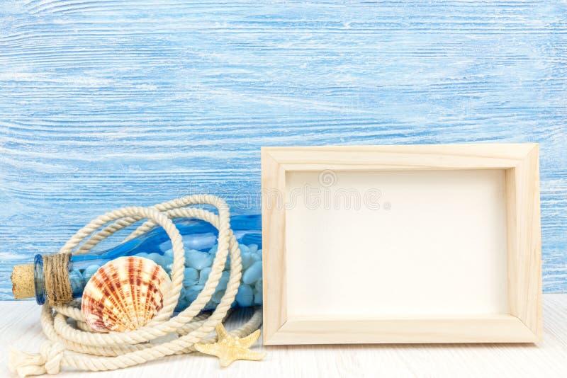 Struttura vuota della foto, bottiglia con le conchiglie, nodo marino, corda e immagine stock libera da diritti