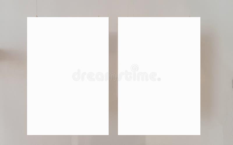 Struttura vuota due sullo scaffale con i libri Derisione in bianco del manifesto dell'insegna della pubblicità sul percorso di ri fotografia stock