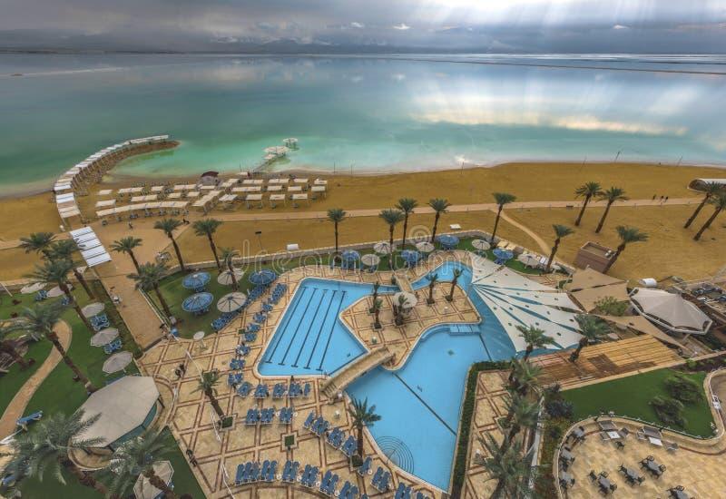 Strutture alberghiere sulla spiaggia del Mar Morto Israele immagine stock