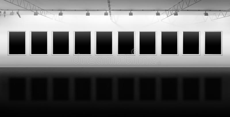 Strutture in bianco che appendono nella galleria per la mostra immagine stock libera da diritti