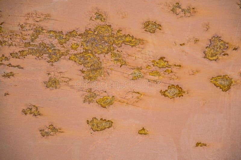 Strutture del metallo della ruggine su un fondo rosa Fungino di malattia e gialli Linee e graffi fotografie stock libere da diritti