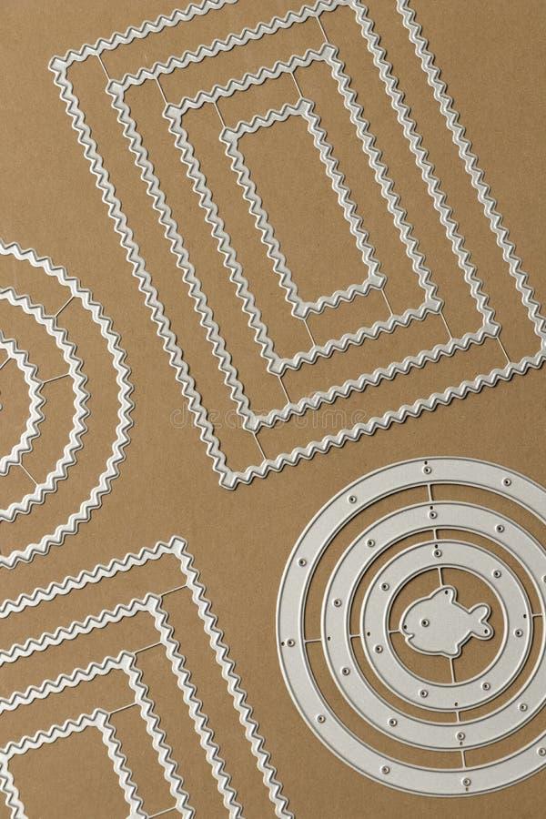 Strutture del metallo per tagliare sul lavoro con carta per l'album per ritagli immagine stock libera da diritti