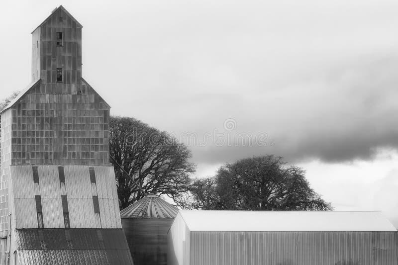 Strutture di agricoltura sotto i cieli nuvolosi fotografie stock