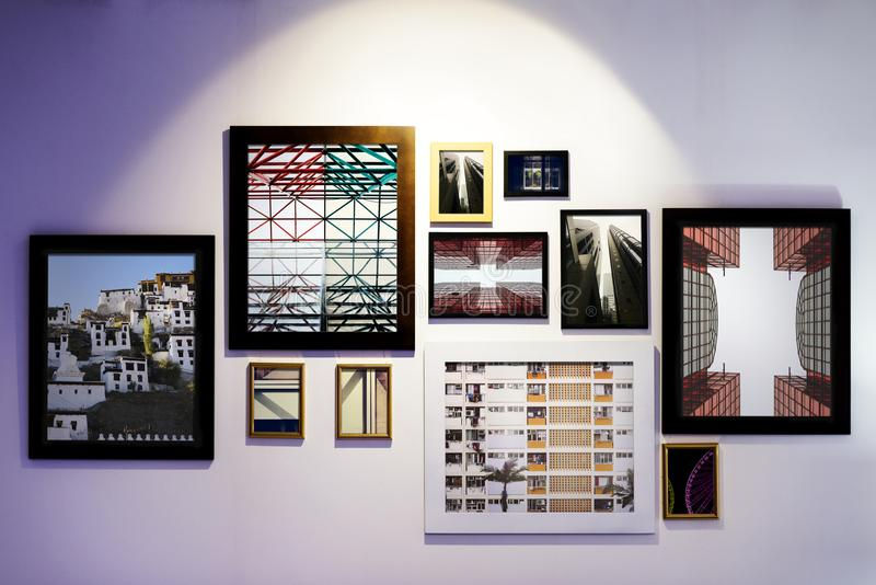 Strutture di galleria di arte appese sulla parete immagine stock