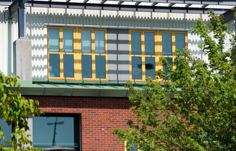 Strutture gialle delle finestre nella costruzione di mattone in Redmond Town Center immagini stock libere da diritti