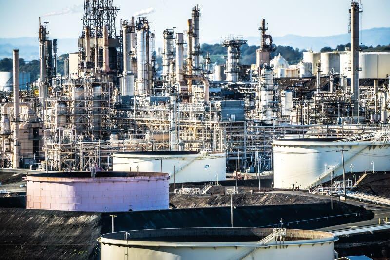 Strutture mega di grande raffineria di petrolio in California fotografia stock