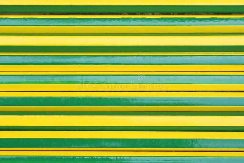Strutturi alternare verde e giallo delle matite immagine stock