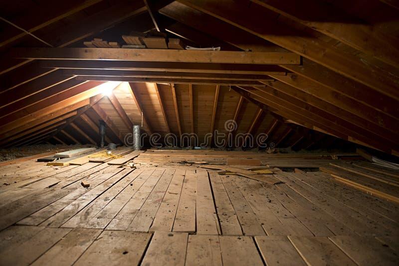 strychowego zmroku brudnego domu brudna stara przestrzeń fotografia royalty free