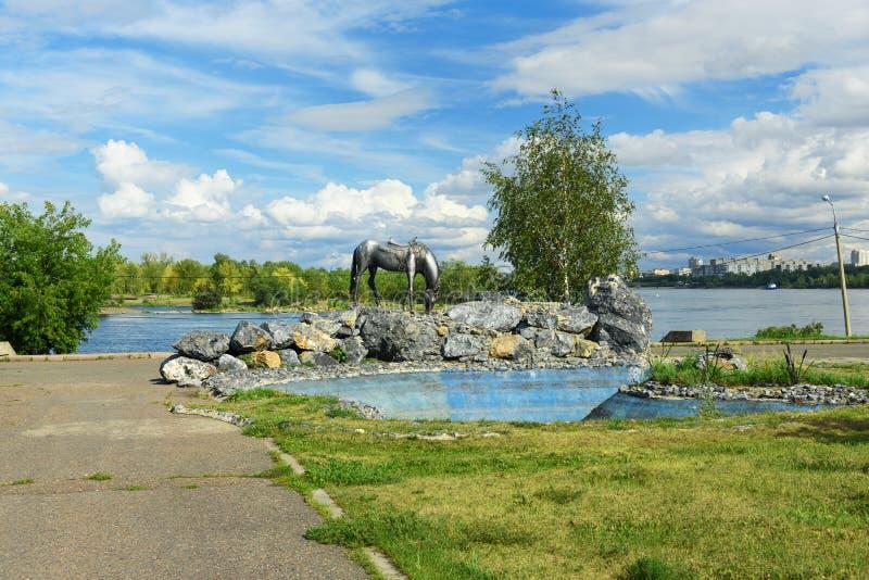 Stryka den vita hästen för skulptur på invallning av Yenisei River i Krasnoyarsk, Ryssland royaltyfri foto