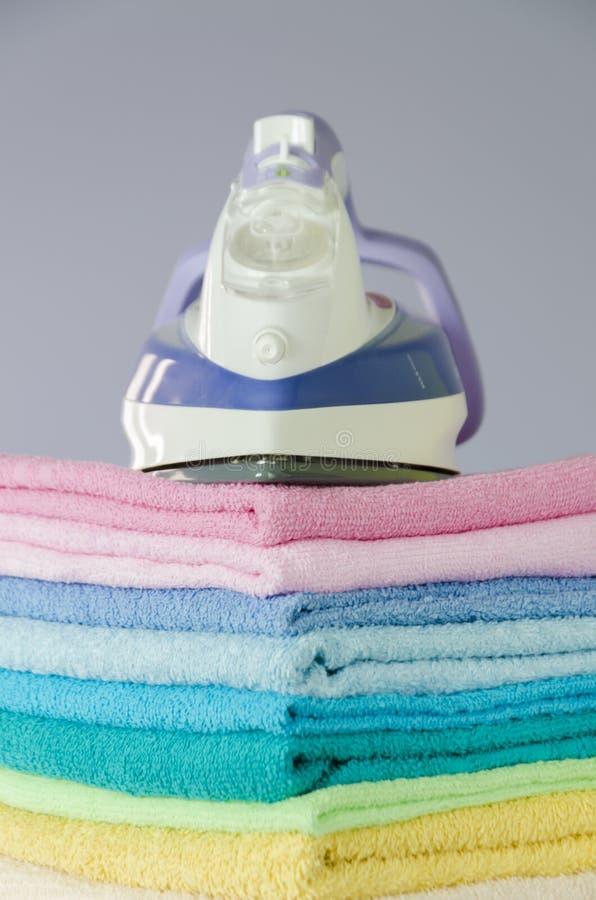 Stryka färgrika handdukar royaltyfria bilder