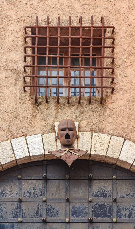Stryka maskeringen över en gammal port i Le Suquet på turnera du Masque a fotografering för bildbyråer