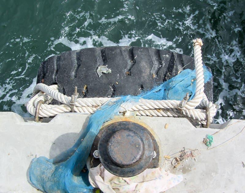Stryka polen för att förtöja av skepp på hamnplatsen royaltyfri fotografi
