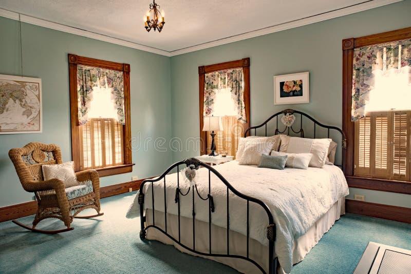 Stryka säng i Teal Bedroom od det gamla viktorianska hemmet arkivbild