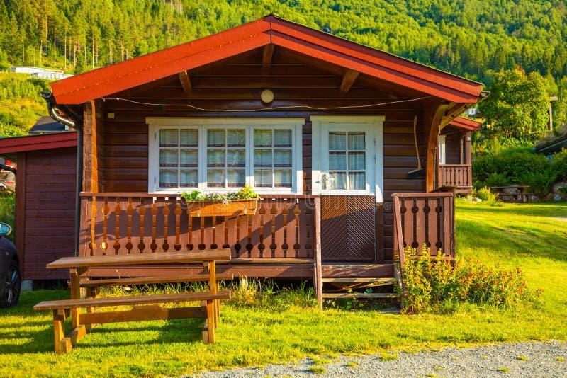 Stryn, Norvegia - 25 06 2018: Cabine di campeggio di rosso per i viaggiatori in Strynsvatn che si accampano, Norvegia fotografia stock libera da diritti