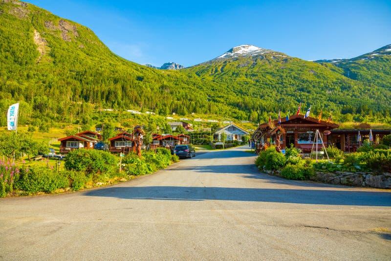 Stryn, Norvegia - 25 06 2018: Cabine di campeggio di rosso per i viaggiatori in Strynsvatn che si accampano, Norvegia fotografie stock