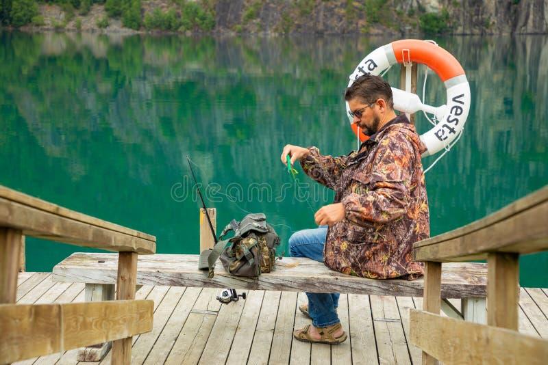Stryn, Norvegia - 26 06 2018: Il pescatore su Oppstrynsvatn è un lago nel comune di Stryn nella contea di Fjordane del og di Sogn immagine stock libera da diritti
