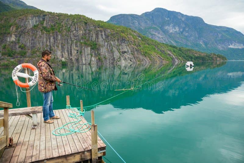 Stryn, Norvegia - 26 06 2018: Il pescatore su Oppstrynsvatn è un lago nel comune di Stryn nella contea di Fjordane del og di Sogn immagine stock