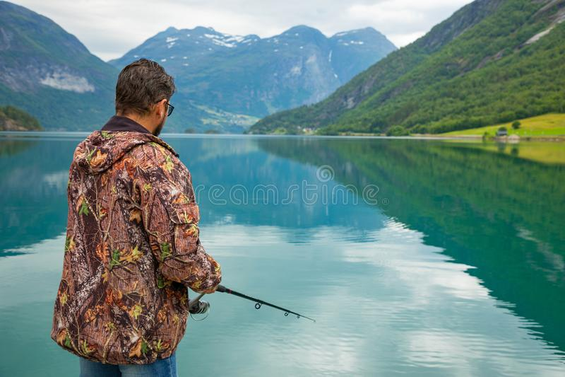 Stryn, Norvegia - 26 06 2018: Il pescatore su Oppstrynsvatn è un lago nel comune di Stryn nella contea di Fjordane del og di Sogn fotografie stock libere da diritti