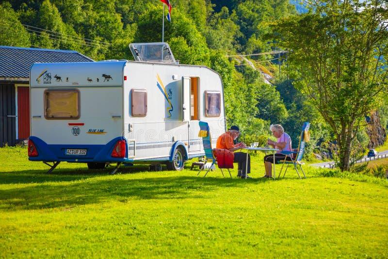 Stryn, Norvegia - 25 06 2018: Vecchie coppie nel campeggio nel lago Oppstrynsvatn nel comune di Stryn nel og Fjordane di Sogn immagini stock libere da diritti
