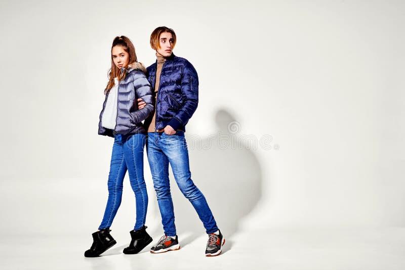 strzał mody Para młodzi ludzie w zimie odziewa pozować przy studiiem Jesień i zima odziewamy fotografia royalty free