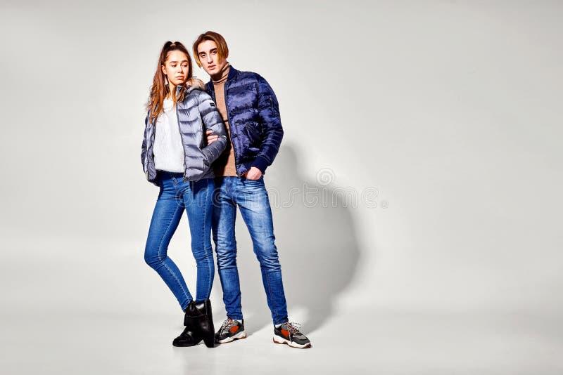 strzał mody Para młodzi ludzie w zimie odziewa pozować przy studiiem Jesień i zima odziewamy zdjęcie stock