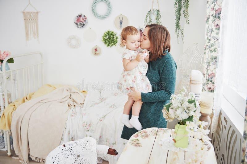 Strzał bawić się z jej dzieckiem w roczników dzieci pokoju szczęśliwa matka Pojęcie szczęśliwy dzieciństwo i macierzyńska miłość zdjęcia stock