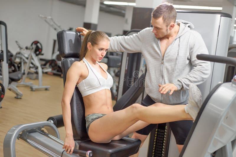 Strzał męski osobisty trener pomaga kobiety nogę fotografia royalty free
