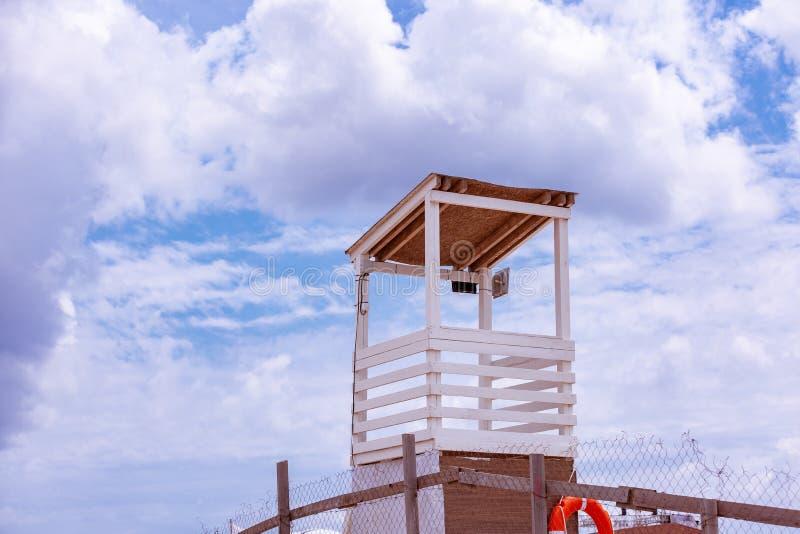 Strzał piękna tropikalna plaża w słonecznym dniu lato, z ratownika miejscem parkującymi łodzią na nadmorski i fotografia stock