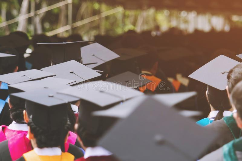 Strzał skalowanie kapelusze podczas początku sukcesu absolwentów uniwersytet, pojęcie edukacji gratulacyjni Studenccy potomstwa,  zdjęcie royalty free