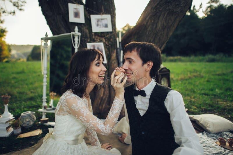 Strzał szczęśliwi potomstwa dobiera się mieć romantycznego czas i cieszyć się a fotografia royalty free