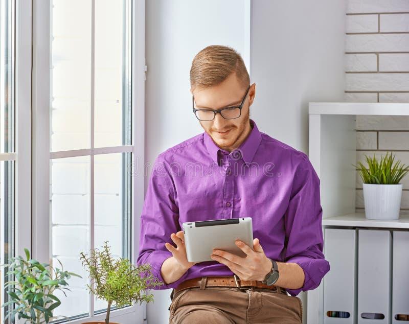 Download Strzała Mogą Target758_0_ Cieszą Się Jeżeli Warstwy Potrzeby Komputer Osobisty Oddzielny Tablet One Ty Obraz Stock - Obraz złożonej z ludzie, uśmiech: 57655123