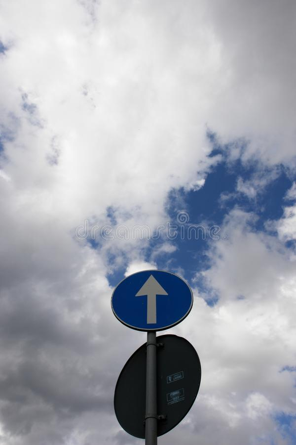 Strzała nieba szyldowy ruch drogowy obraz stock