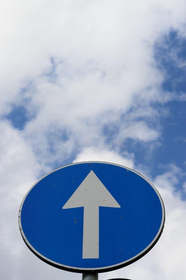 Strzała nieba szyldowy ruch drogowy zdjęcie royalty free