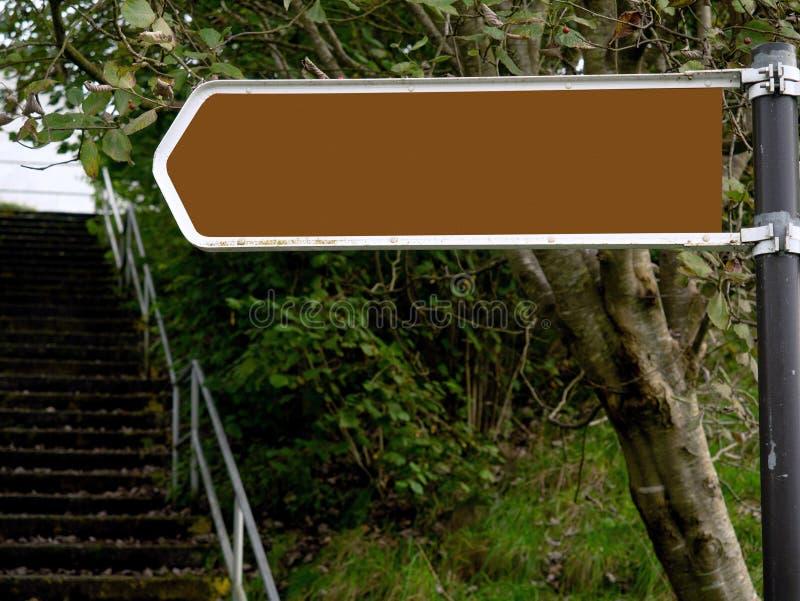Strzałka w lewo śpiewająca w leśnym parku, Mock w górę obraz royalty free
