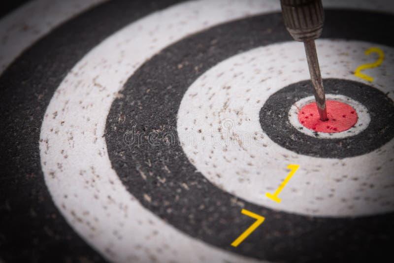 Strzałki strzałkowaty ciupnięcie w celu centrum dartboard z liczbą 2017 obrazy royalty free
