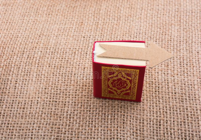 Strzałkowaty i Islamski święta księga koran obrazy stock