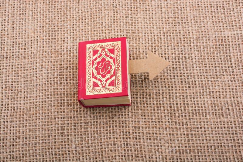Strzałkowaty i Islamski święta księga koran fotografia royalty free