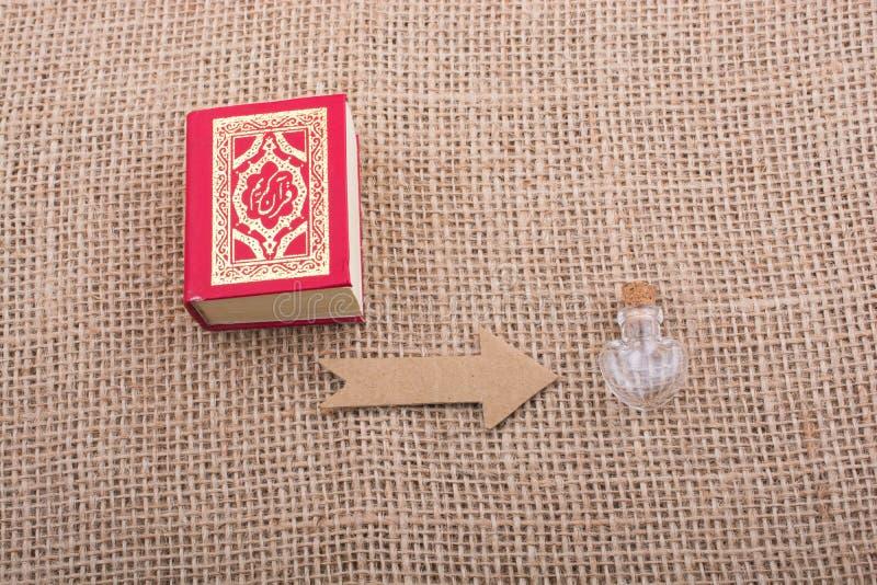Strzałkowaty i Islamski święta księga koran zdjęcia stock