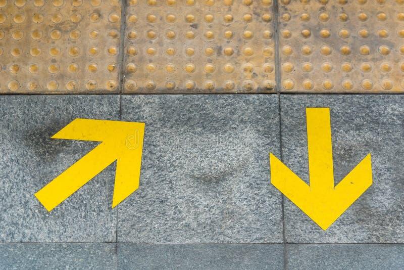 Strzałkowaty symbol na podłoga pokazywać wyjście t i wejście zdjęcia royalty free