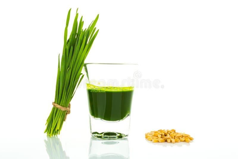 Strzału szkło pszeniczna trawa z świeżą rżniętą pszeniczną trawą g i banatką obrazy stock